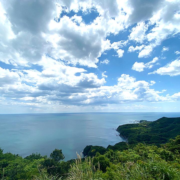 南の海上には前線に伴った雲があります。海 水平線 雲